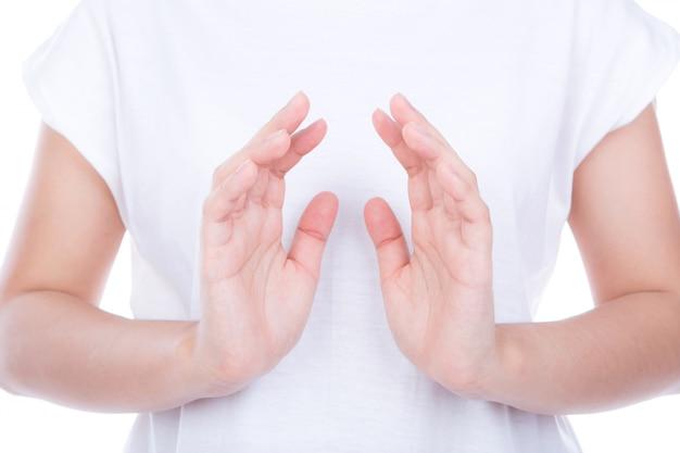 Lege vrouw handen over lichaam geïsoleerd op achtergrond.