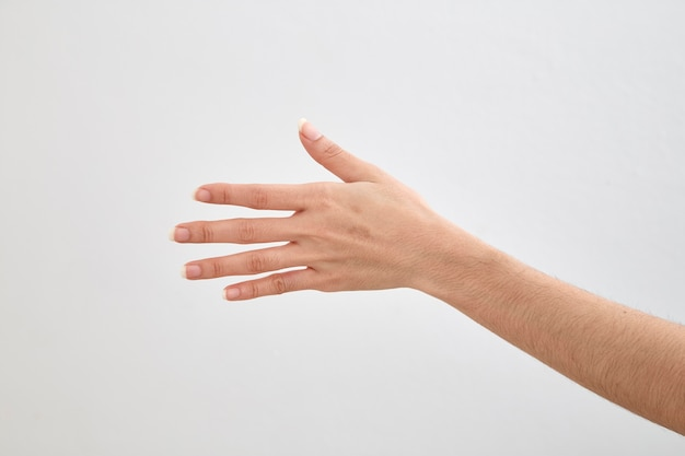 Lege vrouwelijke hand op wit