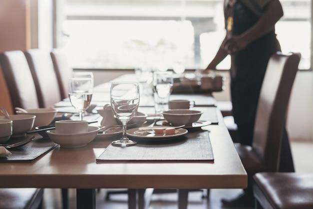 Lege vuile glazen en platen op eettafel in restaurant