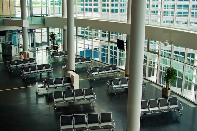 Lege wachtruimte van de luchthaventerminal met stoelen