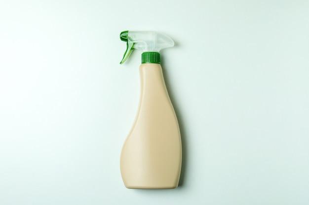 Lege wasmiddel spray fles op witte geïsoleerde achtergrond