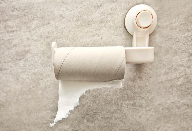 Lege wc-papierrol op de houder