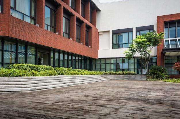 Lege weg met moderne gebouwen op de achtergrond