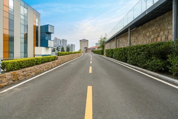 Lege weg met stadsgezicht en skyline van qingdao, china.