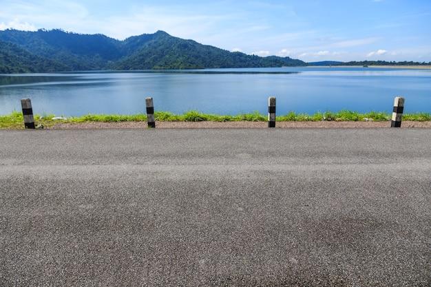 Lege weg op dam, achtergrond voor vertoningsproduct