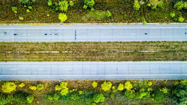 Lege weg over groen veld