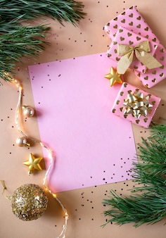 Lege wenskaart en kerstversiering. kerst samenstelling. nieuwjaar plat lag, bovenaanzicht, kopie ruimte.