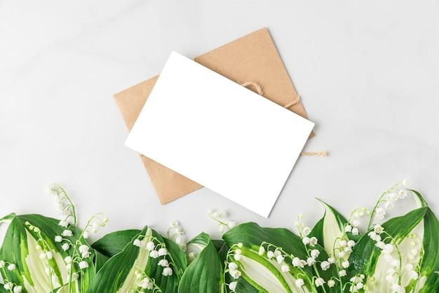 Lege wenskaart met lelietje-van-dalen bloemen op witte ondergrond