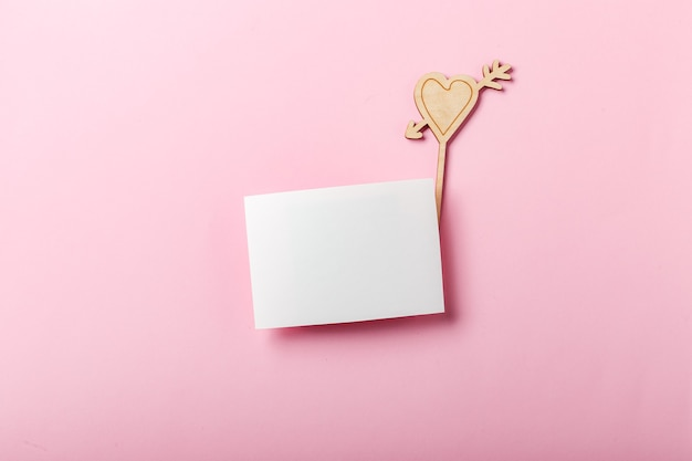 Lege wenskaart met valentijnsharten. symbool van liefde en vakantie valentijnsdag. bovenaanzicht.