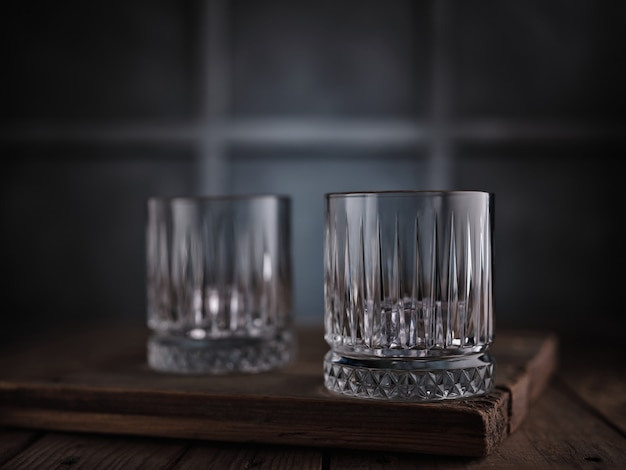 Lege whiskyglazen op tafel