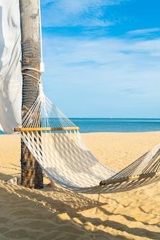 Lege wieg met zee strand achtergrond