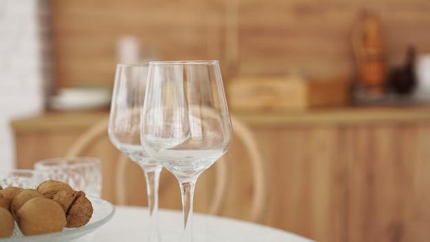 Lege wijnglazen op houten interieur van moderne keuken. scandinavische stijl, rustieke stijl in warme bruintinten