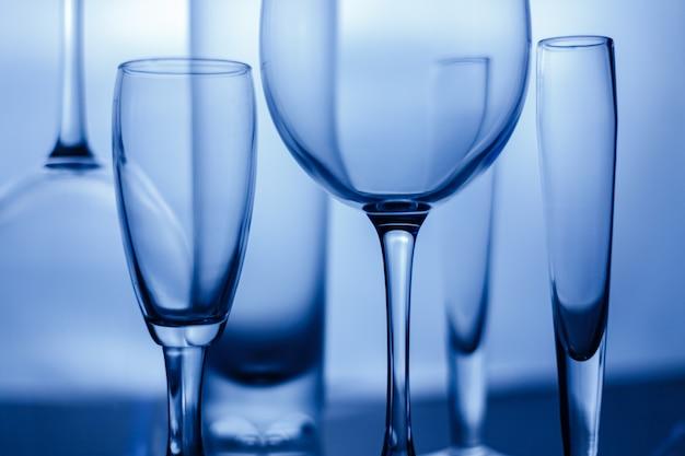 Lege wijnglazen op wit. abstracte glazen foto.