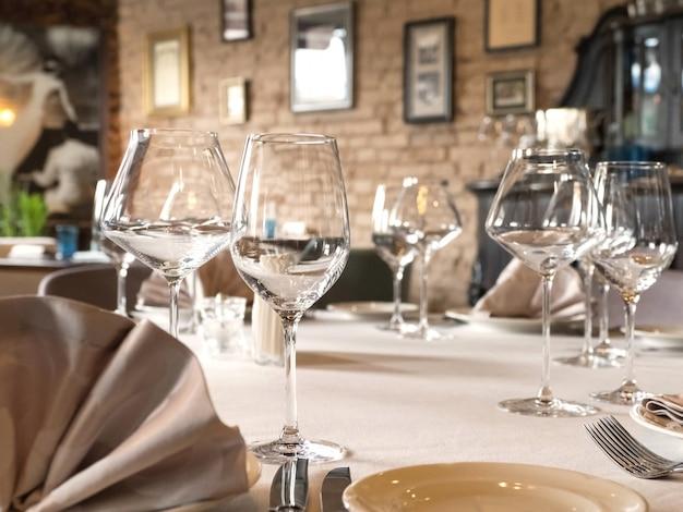 Lege wijnglazen worden op tafel geserveerd.