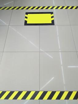 Lege winkel. aanbevolen sociale afstand in de winkel is 1,5 meter. veilige markering van lijnen op de vloer om op veilige afstand van elkaar in een rij te wachten tijdens een coronaviruspandemie.
