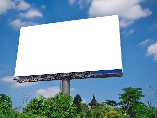 Lege witte bilboard op blauwe hemel