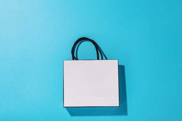 Lege witte boodschappentas op blauwe achtergrond, bovenaanzicht