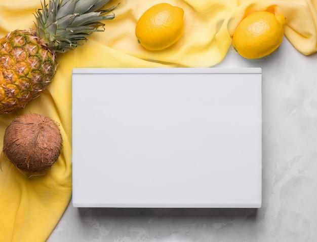 Lege witte bord kopie ruimte naast fruit op gele doek. zomer concept