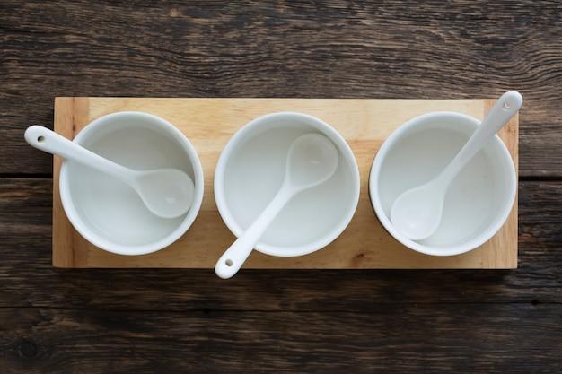 Lege witte containers voor sandwich pasta op houten tafel, bovenaanzicht