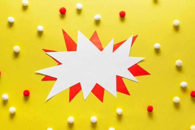 Lege witte en rode kaart omgeven door wattenbolletjes