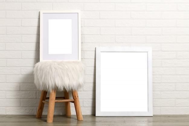 Lege witte frames en kruk