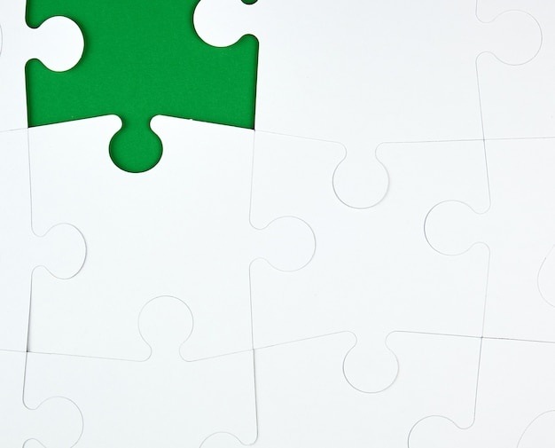 Lege witte grote puzzels op groene achtergrond, kopie ruimte