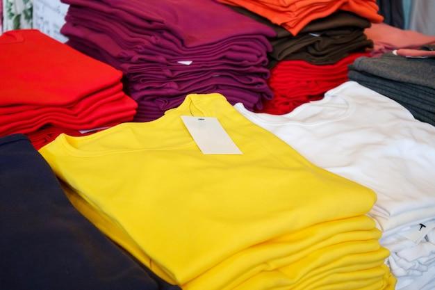 Lege witte klerenmarkering op nieuw overhemd in opslag