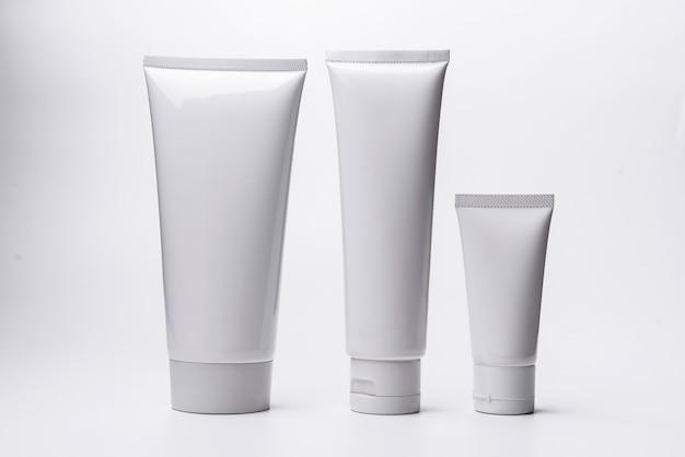 Lege witte kosmetische die buis op witte achtergrond wordt geïsoleerd.