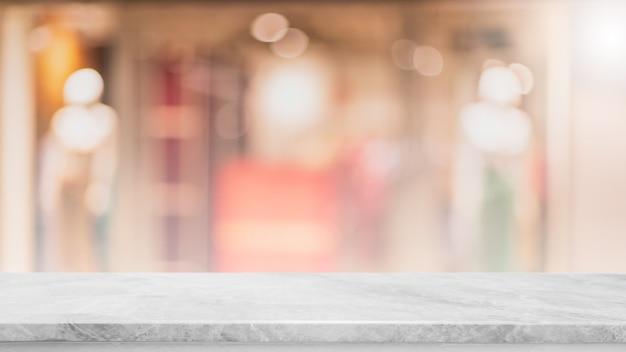 Lege witte marmeren stenen tafelblad en vervagen glazen raam interieur café en restaurant banner mock up abstracte achtergrond - kan worden gebruikt voor weergave of montage van uw producten.