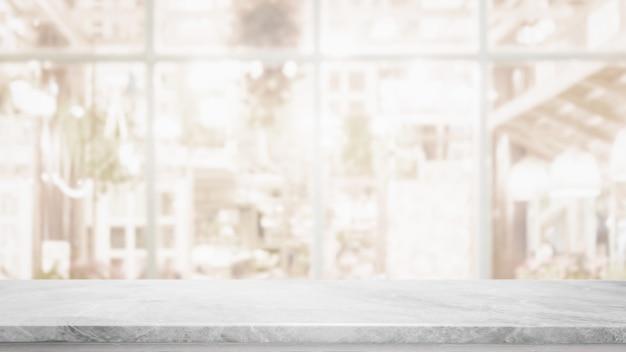 Lege witte marmeren stenen tafelblad op wazig met bokeh café en restaurent interieur achtergrond
