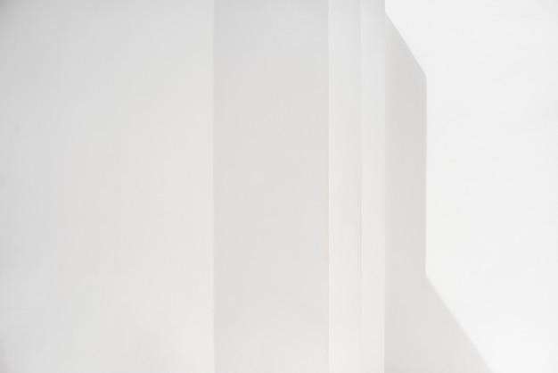 Lege witte muur met schaduwen