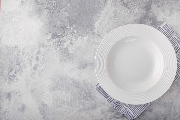 Lege witte plaat en servet met kopie ruimte bovenaanzicht