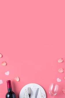 Lege witte plaat met cadeau en rozenblaadjes voor valentijnsdag speciale vakantie dating maaltijd concept.