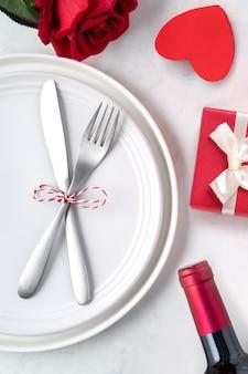 Lege witte plaat met vaatwerk voor valentijnsdag speciale vakantie dating maaltijd concept.