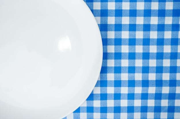 Lege witte plaat of schotel op dinerlijst met exemplaarruimte