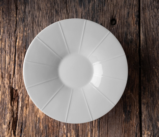 Lege witte plaat op houten