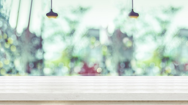 Lege witte plank houten tafelblad met wazig venster van koffie winkel