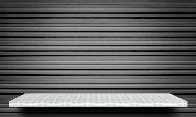 Lege witte plank op grijze metalen gesloten muur