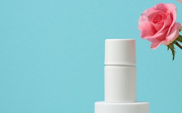 Lege witte plastic buis voor cosmetica op een blauwe achtergrond. verpakking voor crème, gel, serum, reclame en productpromotie, mock-up