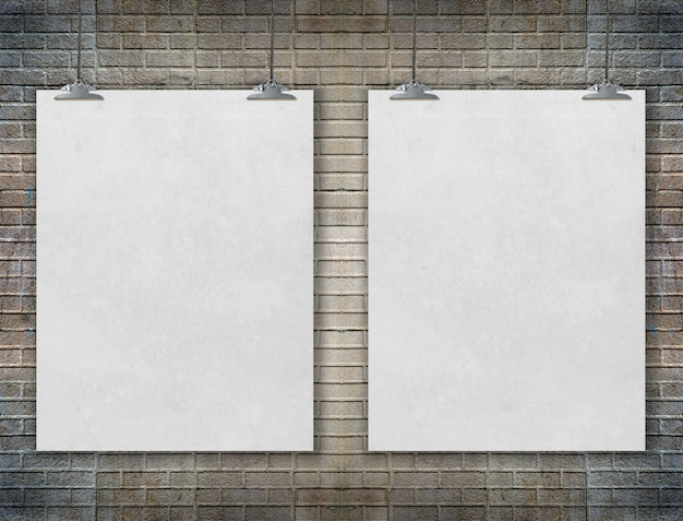 Lege witte poster op een touw. bakstenen muur textuur gebruiken voor uw bericht toevoegen