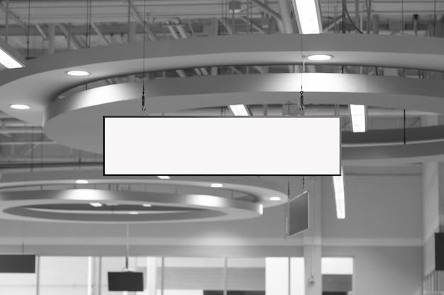Lege witte supermarkt banners opknoping van plafond. hangers mockup klaar voor branding of reclame