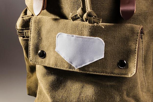 Lege witte vlek op bruine rugzak