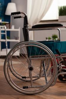 Lege woonkamer met niemand erin voorbereid op herstel van gezondheidszorgtherapie