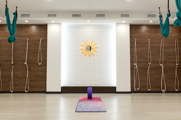 Lege yoga en fitness gym. sportspeeltuin