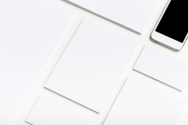 Lege zakelijke briefpapier en smartphone ingesteld op tafel