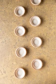 Lege zandkoektaartjes op betonnen ondergrond klaar om te worden gevuld met salade of zoete vulling