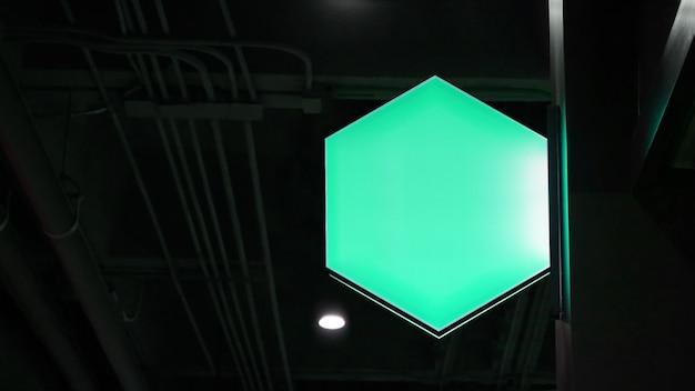 Lege zeshoek lightbox-bewegwijzering hangt aan muur