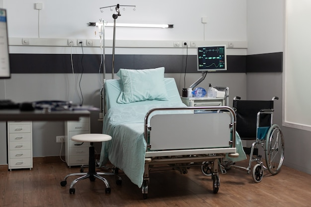 Lege ziekenhuiskamer met niemand erin met een eenpersoonsbed