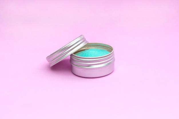 Lege zilveren zalfpotje. cosmetische huidverzorgingsproducten, modern concept van organische schoonheidstrend.