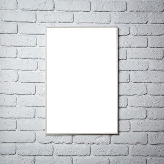 Lege zwarte fotolijst aan de muur